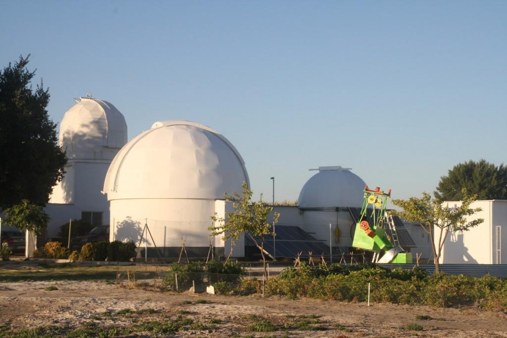 Cúpulas del Observatorio junto a TEDI, el telescopio de 77cm