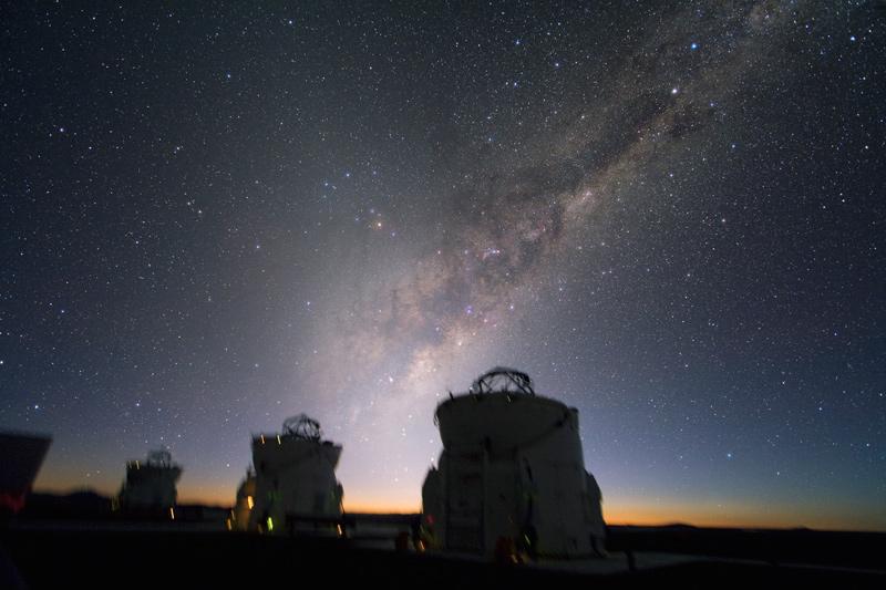 La Luz Zodiacal, casi perpendicular a la Vía Láctea